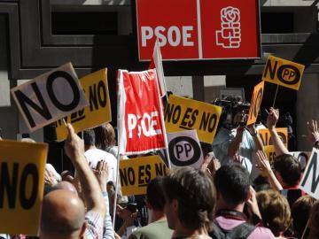 Decenas de militantes se agolpan a las puertas de la sede del PSOE
