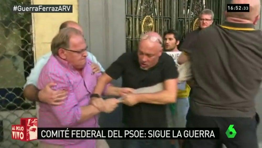 Frame 19.271986 de: Ferraz vive momentos de tensión con incidentes aislados a las puertas de la sede del PSOE