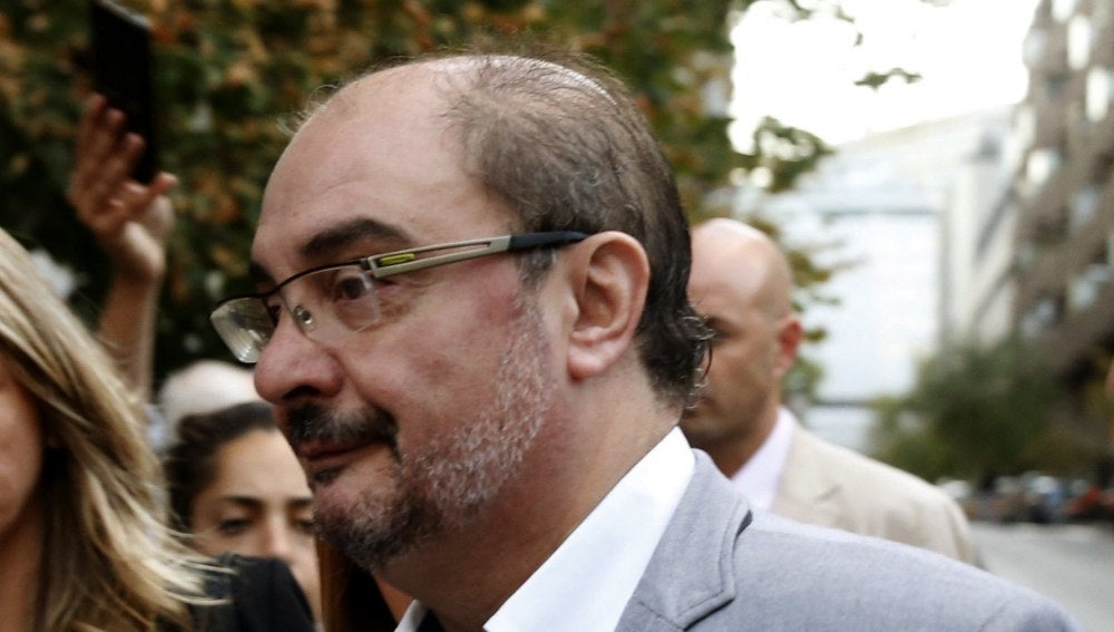 El presidente de Aragón, Javier Lambán, a su llegada a la sede del PSOE