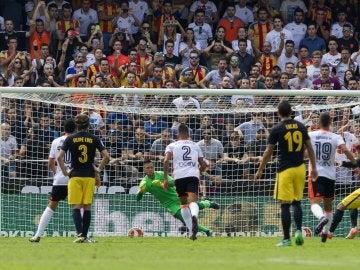 Diego Alves se lanza para detener el lanzamiento de Griezmann