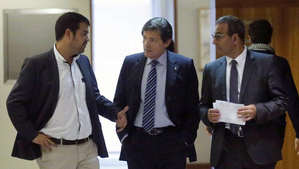 En el centro, el presidente de la comisión gestora del PSOE, Javier Fernández