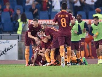 Los jugadores de la Roma, celebrando el gol que les dio la victoria ante el Inter