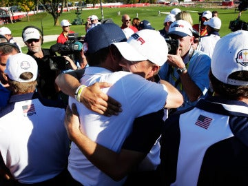 Davis Love III, capitán de EEUU, celebra con Jordan Spieth el triunfo