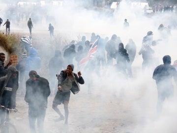Antidisturbios franceses se enfrentan con manifestantes cerca de 'La Jungla' en Calais