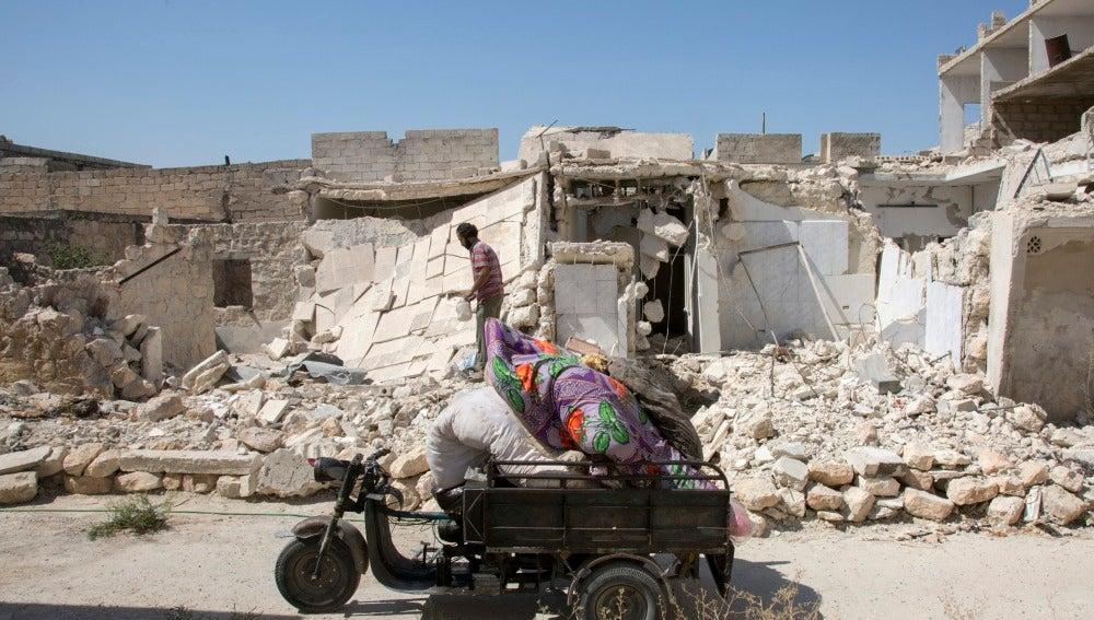 Un hombre entre los escombros a los que ha quedado reducida su vivienda tras un bombardeo en Alepo