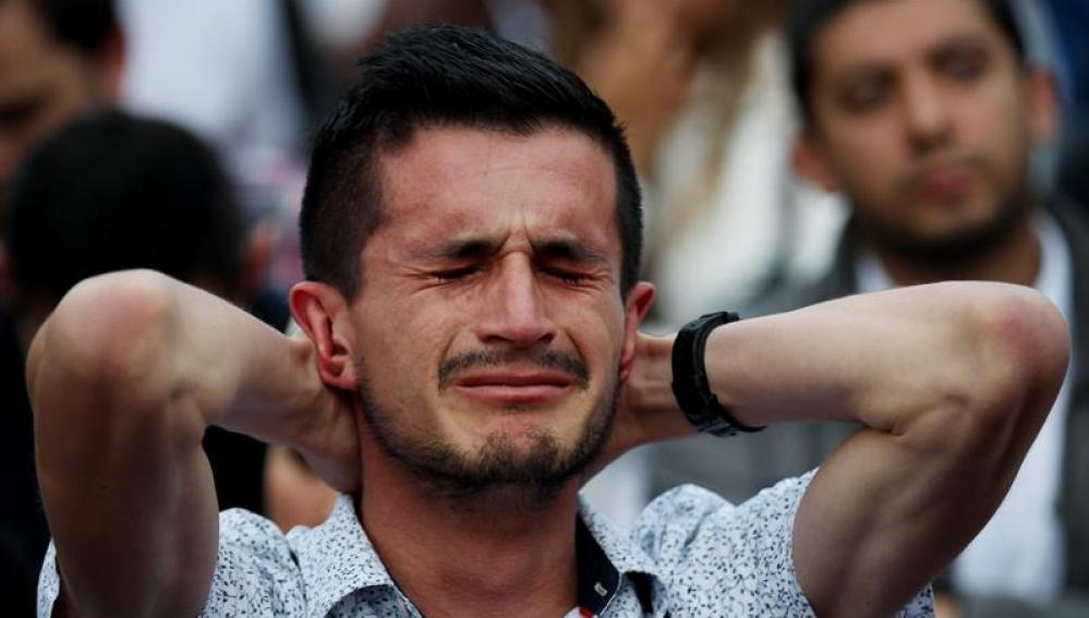Un colombiano reacciona tras conocer el resultado del plebiscito