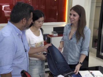 Jalis de la Serna, en una tienda de telas en China