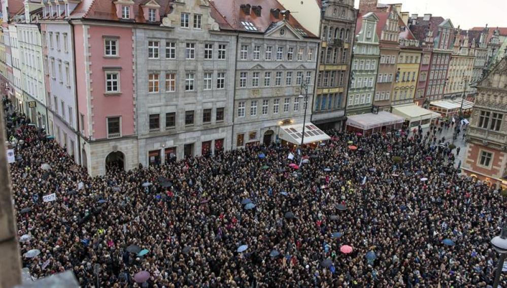 Multitudinaria manifestación contra la prohibición del aborto en Polinia