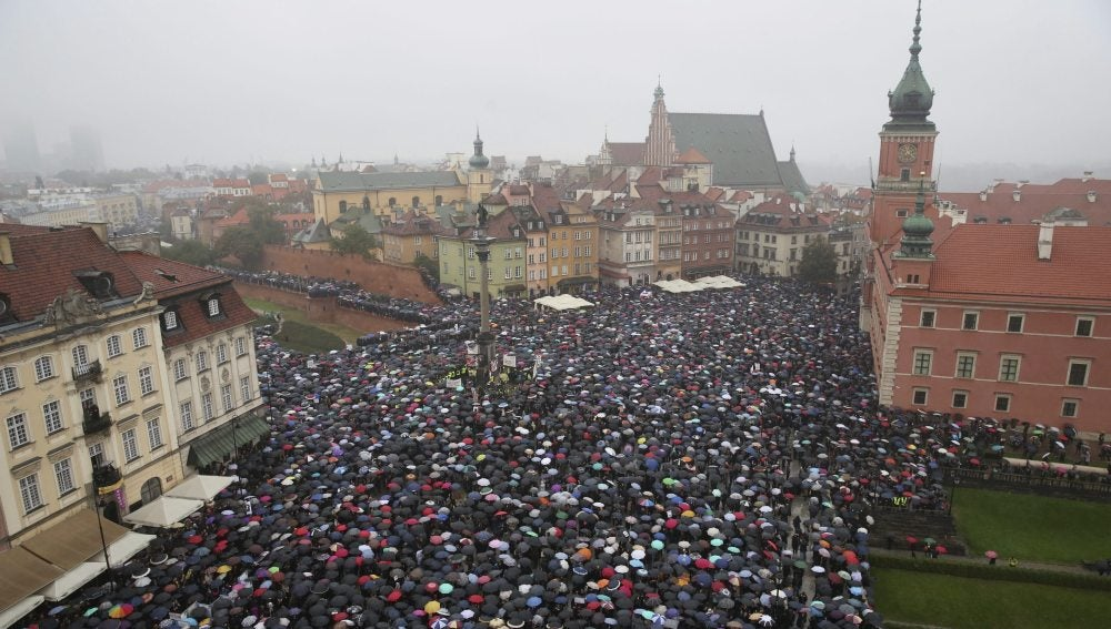 Miles de mujeres vestidas de negro se manifiestan en Polonia