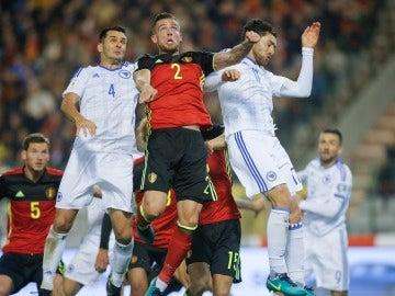 Jugadores de Bélgica y Bosnia durante el partido