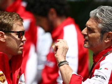 Sebastian Vettel y Maurizio Arrivabene dialogan antes de un Gran Premio