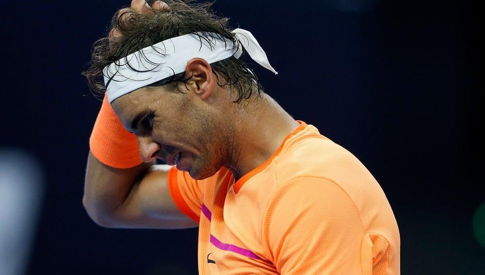 El tenista español Rafa Nadal se lamenta tras perder un partido