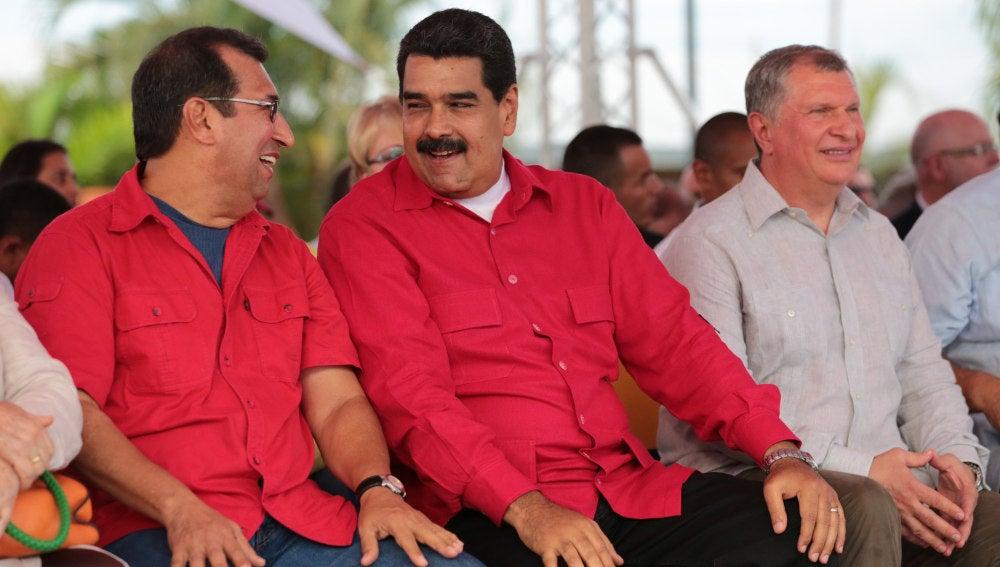 Nicolás Maduro, junto al presidente de Rosneft, Egor Sechin, y al político venezolano Adan Chávez, en un acto para desvelar una estatua del fallecido líder Hugo Chávez