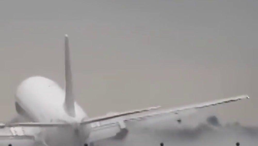 Frame 5.679121 de: Un piloto de avión evita la tragedia con un espectacular aterrizaje en el aeropuerto de Praga
