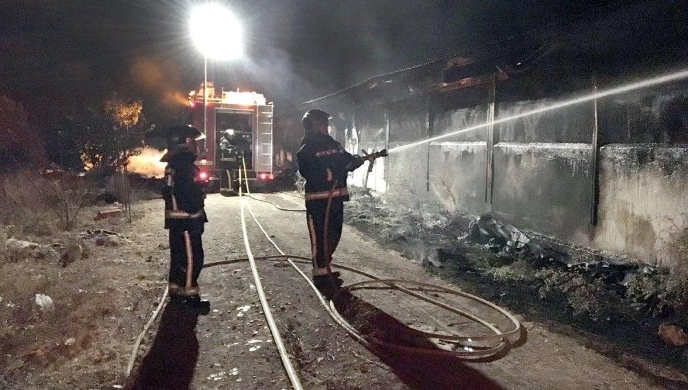 Bomberos extinguen el incendio en la granja de pollos de Úbeda
