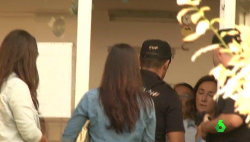 Frame 20.20531 de: Los 12 agresores de la menor de ocho años apaleada en Palma, responderán ante la Policía por los hematomas y los golpes que le propinaron durante la hora del recreo