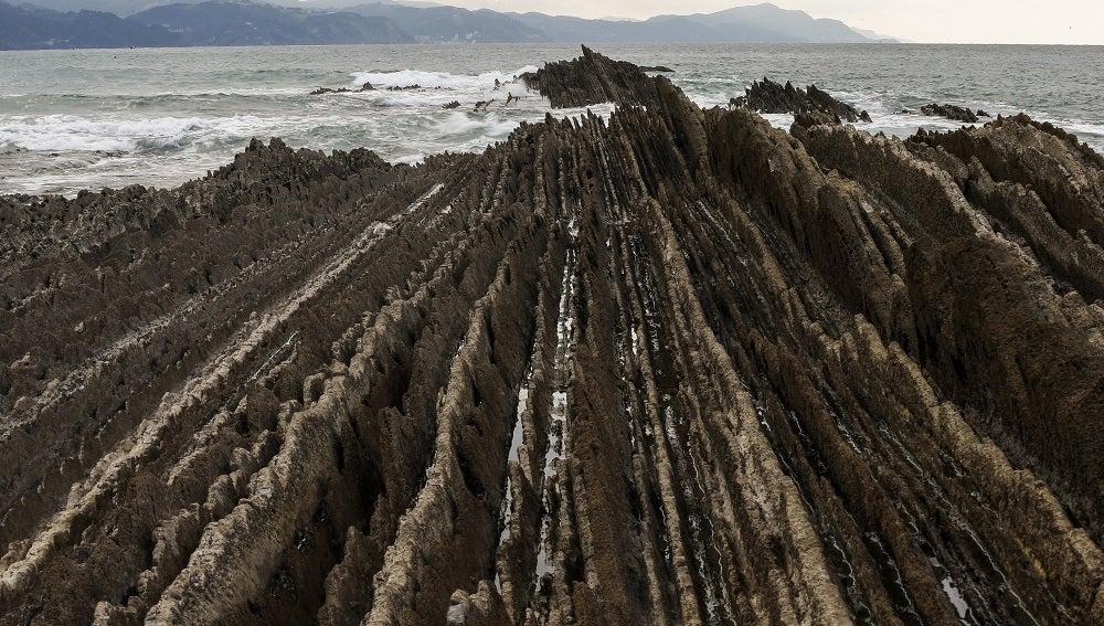 Vista del Flysch de la playa de la localidad guipuzcoana de Zumaia, donde ya ha desembarcado el equipo técnico de HBO