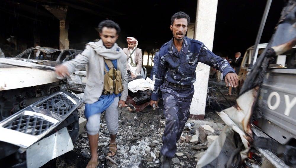 Un grupo de yemeníes transportan el cuerpo de una víctima tras los bombardeos aéreos de la coalición árabe sobre Sanáa, Yemen