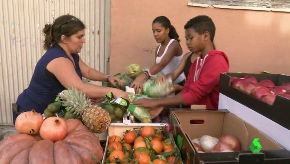 Frame 46.734859 de: Más de 40 toneladas de alimentos que recoge la Feria Nacional Hortofructícula se destinarán a fines solidarios