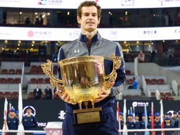 Andy Murray sostiene la gran copa de campeón del Abierto de Pekín