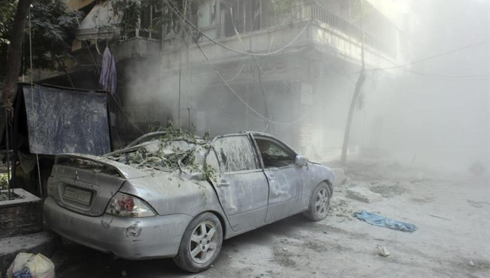Vista de los daños ocasionados por el lanzamiento de un cohete en varios puntos del norte de Alepo, Siria.