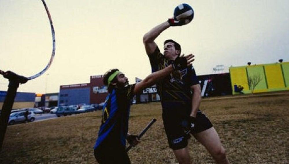 Dos jugadores jugando al Quidditch