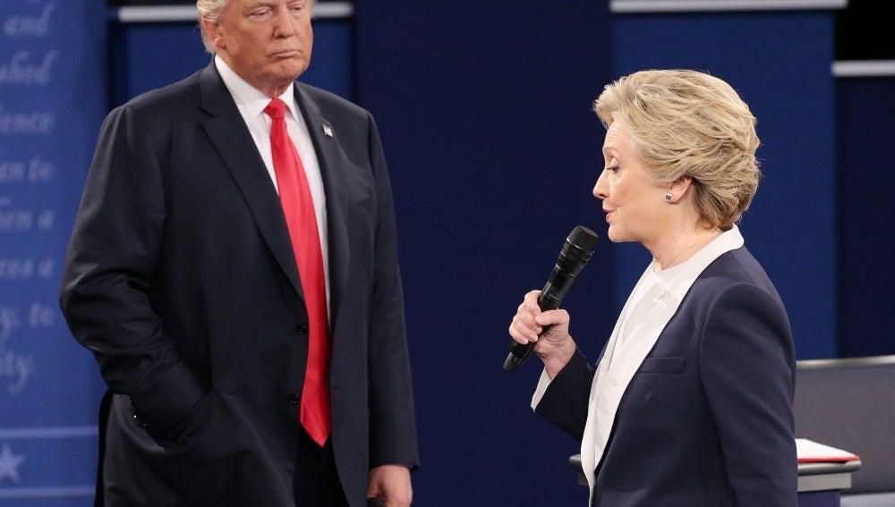 Donald Trump observa a Hillary Clinton durante un debate