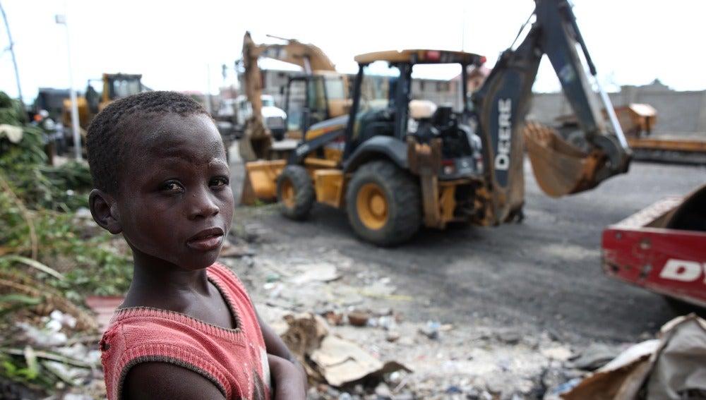 Un niño haitiano en medio del gigantesco convoy de ayuda humanitaria