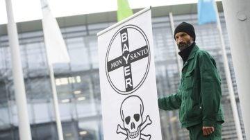 Un agricultor protesta contra la adquisición del fabricante estadounidense de transgénicos Monsanto por parte de Bayer por 66.000 millones de dólares