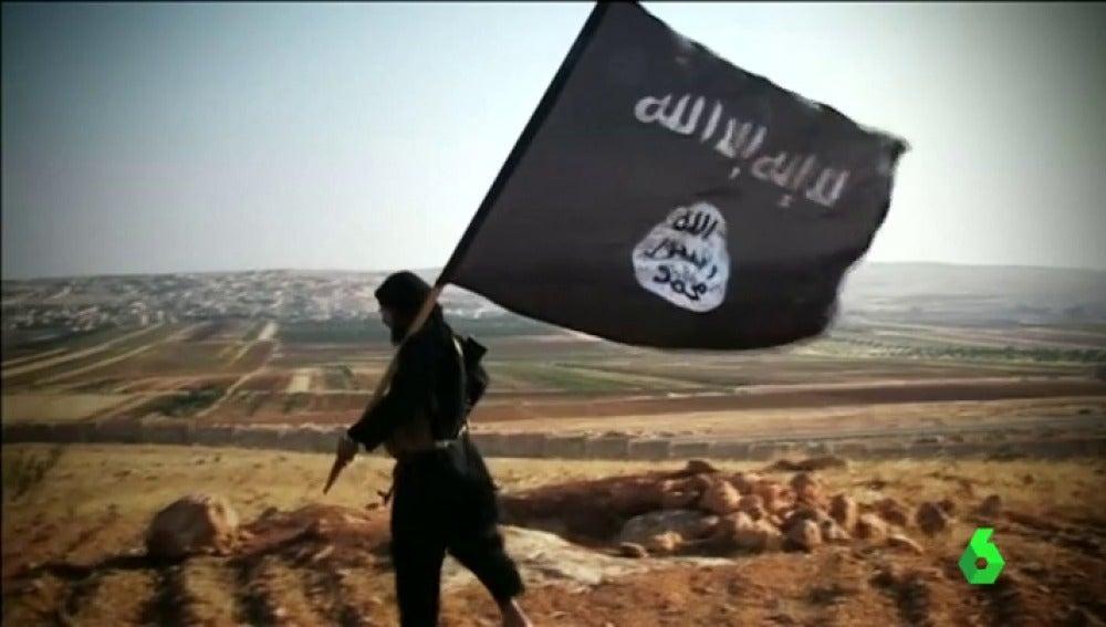 Un seguidor de Daesh ondea su bandera identitaria