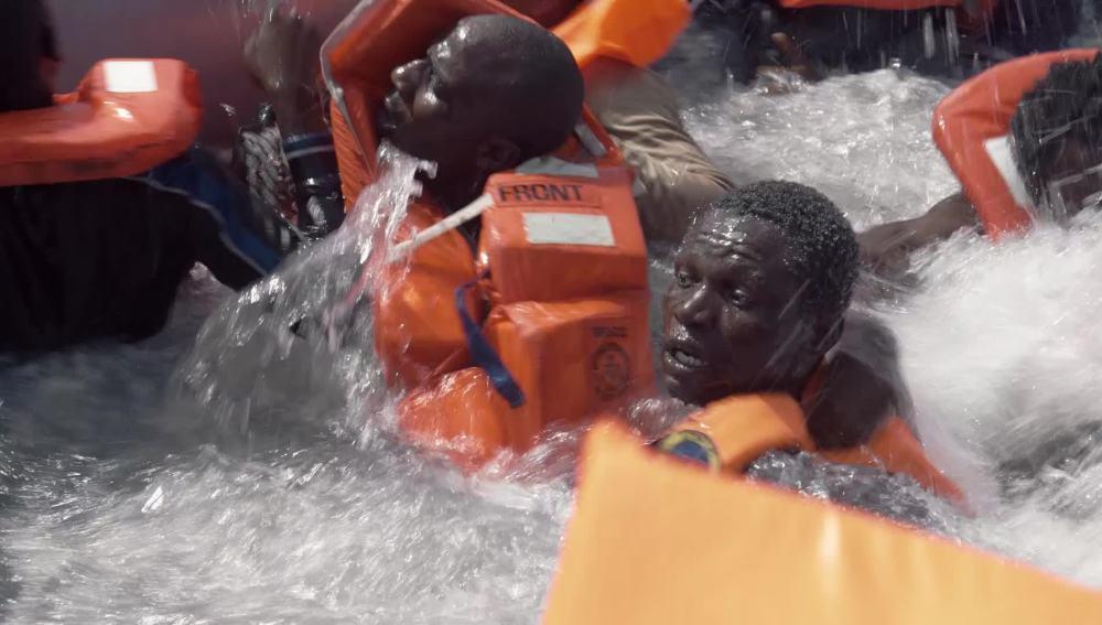Sobrecogedor rescate de una lancha varada en el Mediterráneo