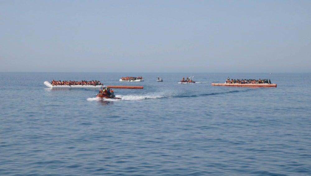 Voluntarios de ProActiva Open Arms rescatan varios dinguis llenos de refugiados