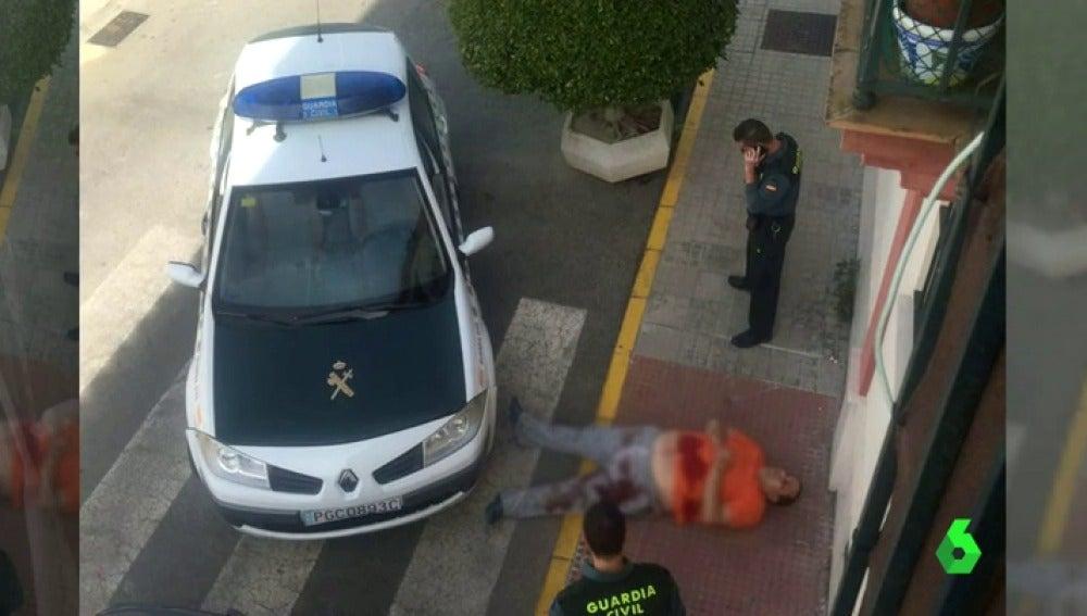 Frame 3.855429 de: Detienen a un hombre en Sevilla tras asesinar a su pareja