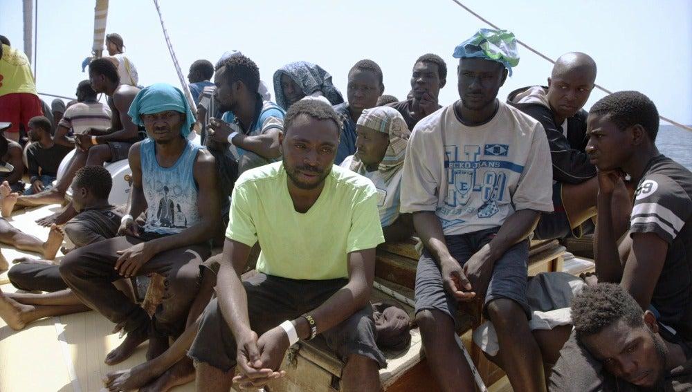 Un grupo de refugiados, tras ser rescatados por ProActiva Open Arms