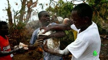 Frame 23.521928 de: Tensiones en Haití por la necesidad urgente de ayuda humanitaria tras el huracán Matthew