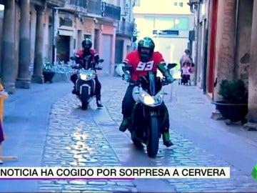 Frame 19.219887 de: El tricampeón Marc Márquez coge por sorpresa a Cervera