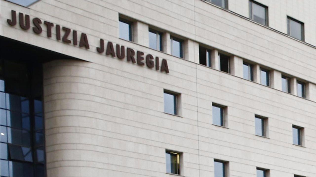 Vista de las letras del Palacio de Justicia de Pamplona
