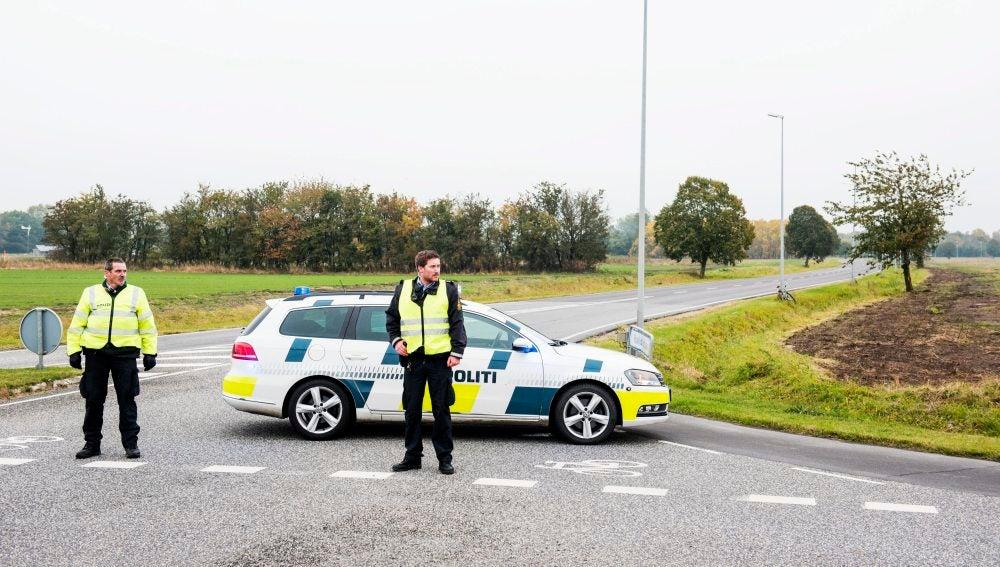 Agentes de policía bloquean una carretera de acceso al aeropuerto de Roskilde, Dinamarca
