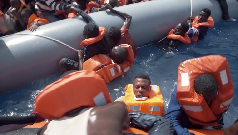 Refugiados siendo rescatados por el Astral