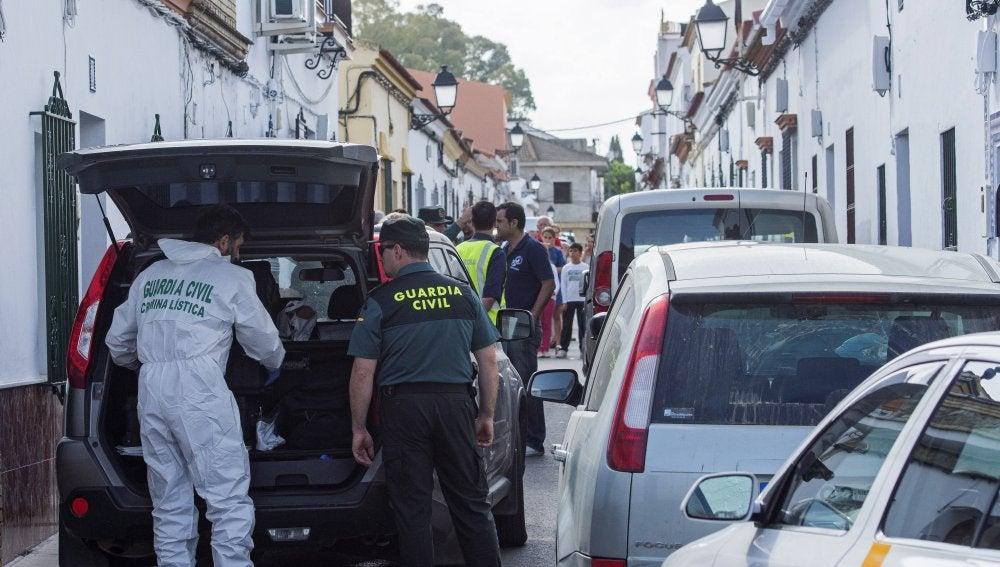 Puerta del domicilio donde un hombre ha sido detenido por apuñalar mortalmente a una mujer, en Sevilla