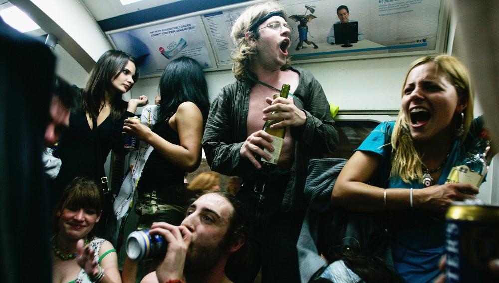 Jóvenes beben alcohol en un vagón de metro