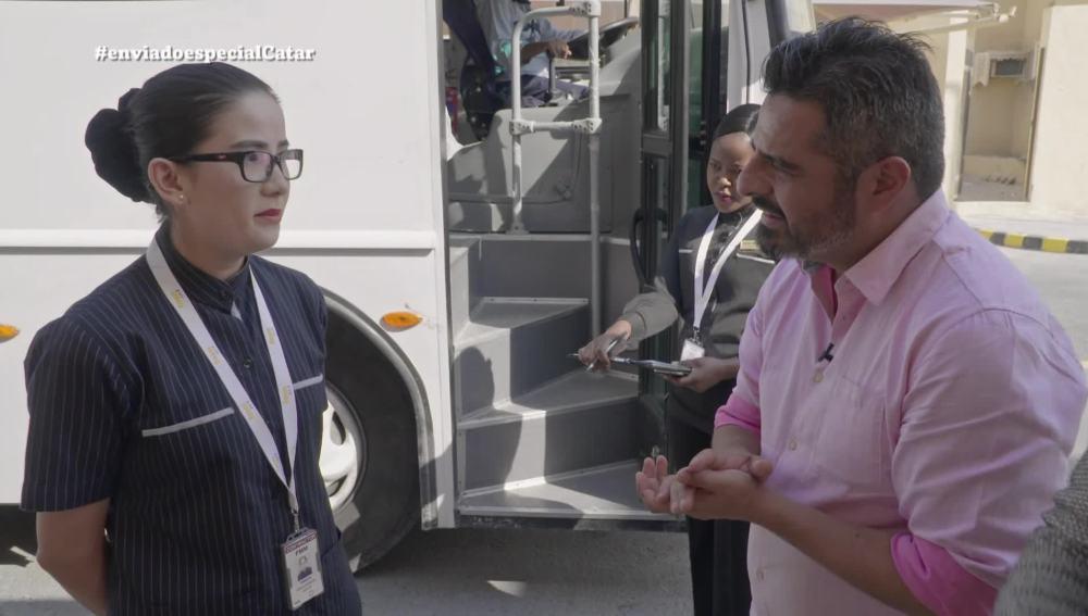 Jalis de la Serna entrevista a una trabajadora que vive en un 'labor camp'
