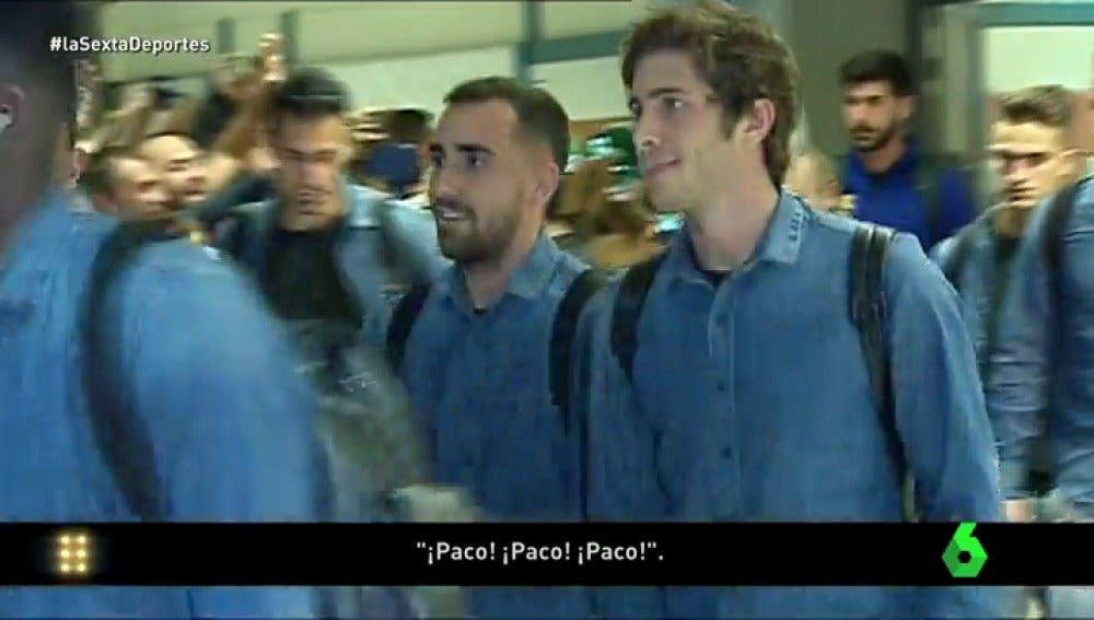 Frame 0.189262 de: Paco Alcácer vuelve a Valencia recibido con ánimos