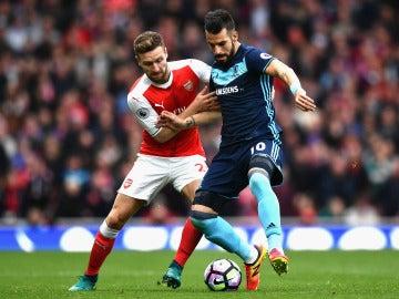 Negredo y Mustafi, en una disputa por el balón durante el Arsenal-Middlesbrough
