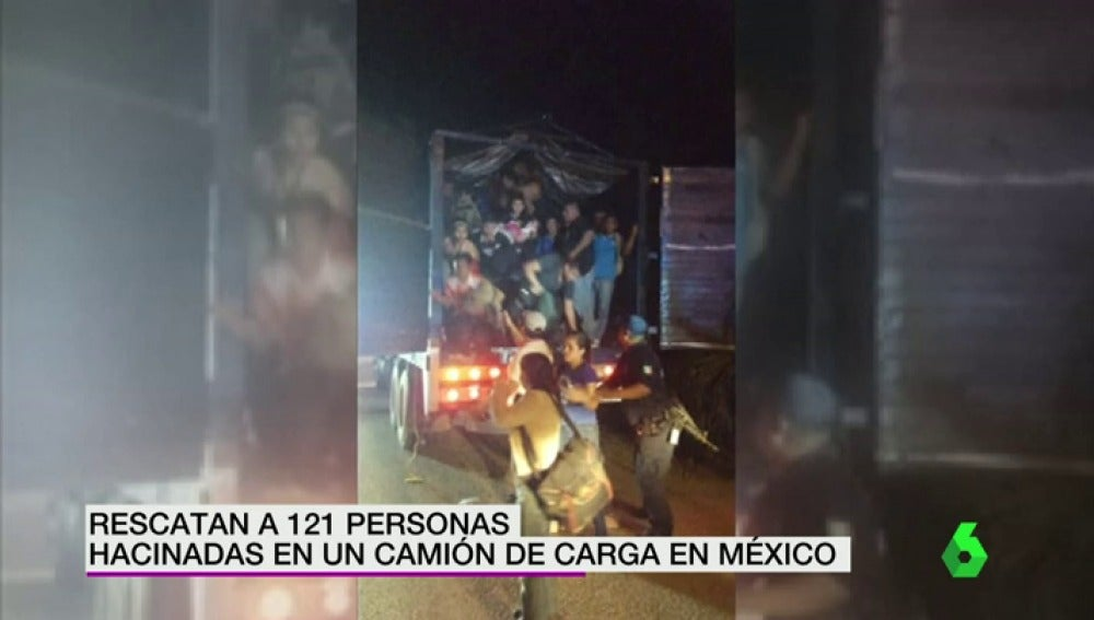 Frame 16.148771 de: Rescatan a 121 personas hacinadas en un camión de carga en México cuando intentaban entrar en EEUU