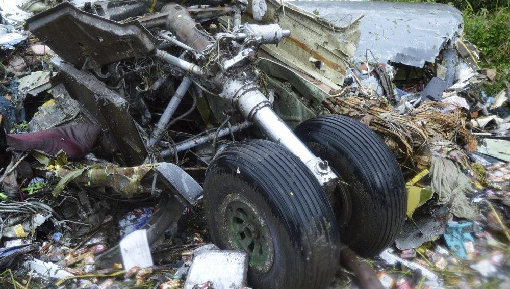 Restos del fuselaje de un helicóptero tras sufrir un accidente