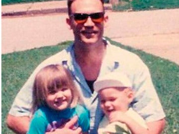 Brryan Jackson a la derecha de la imagen abrazado por su padre