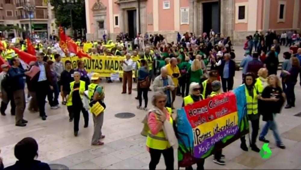 Frame 24.430958 de: Cientos de personas se han manifestado en defensa de las pensiones en Valencia
