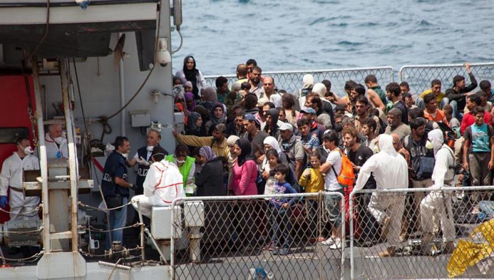 Decenas de inmigrantes, fotografiados a su llegada al puerto de Reggio Calabria, en el sur de Italia