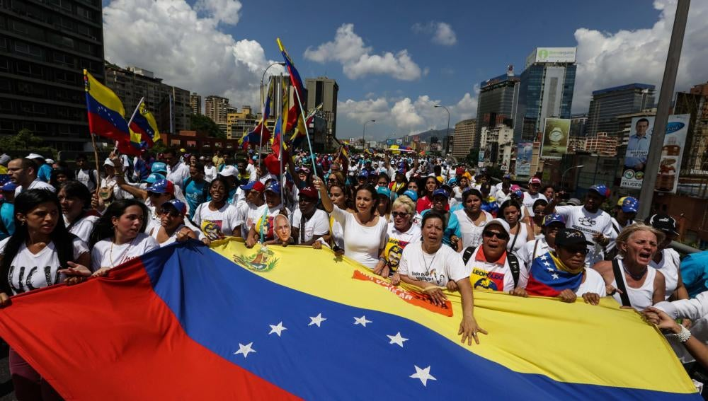 Mujeres opositoras piden al Parlamento iniciar el proceso para destituir a Maduro